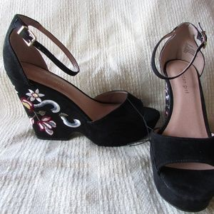 Madden Girl size 9.5 M Black embroidered wedge